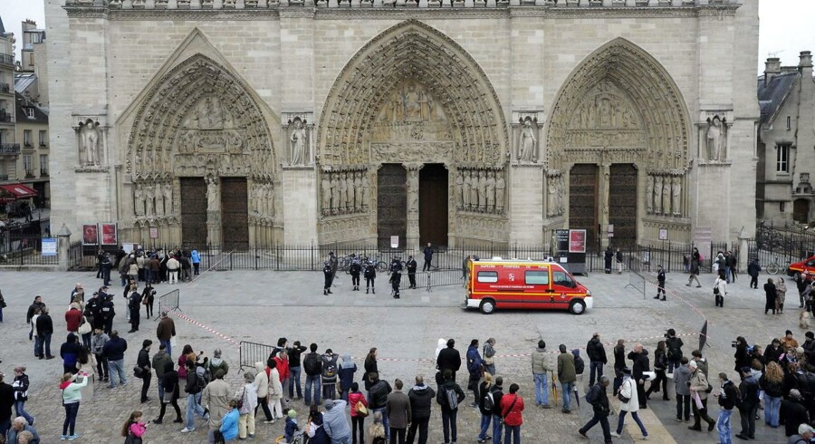 Notre Dame-katedralen blev tirsdag evakueret efter en mand skød sig selv i nærheden af alteret.