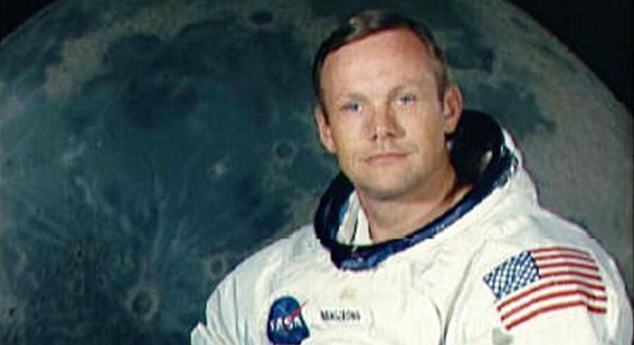 Det kendte portrætbillede af astronauten Neil A. Armstrong i sin rumdragt og med sin hjelm under armen.