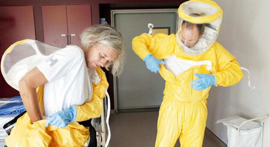 Sent tirsdag aften kunne myndighederne aflive frygten for, at Danmark havde fået sit første ebolatilfælde. Her et arkivbillede fra Hvidovre Hospital, hvor beskyttelsesdragter afprøves.