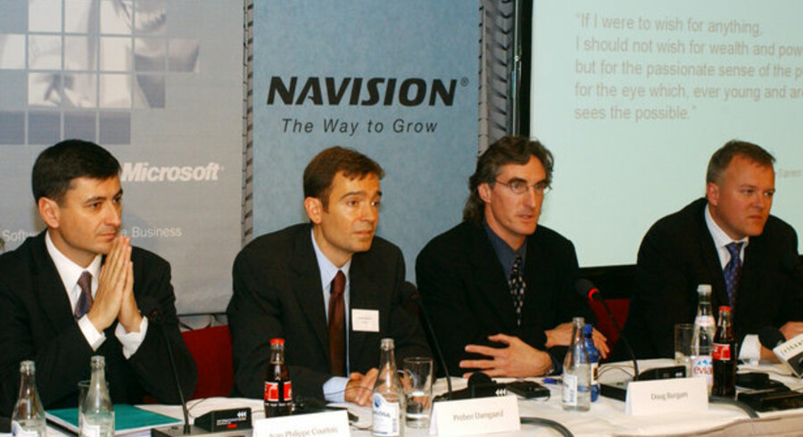 Sådan så det ud, da Danmarks hidtil største IT-handel blev gennemført i maj 2002. Vicepræsident i IT-giganten Microsoft Jean-Philippe Courtois (til venstre) og bekendtgør sammen med direktør i Navision Preben Damgaard, ledende vicepræsident i Microsoft Business Solutions Doug Burgum og (til højre) Navision-direktør Jesper Balser, at Microsoft køber Navision for næsten 1,3 milliarder dollars. Foto: Remy Steinegger, EPA/Scanpix