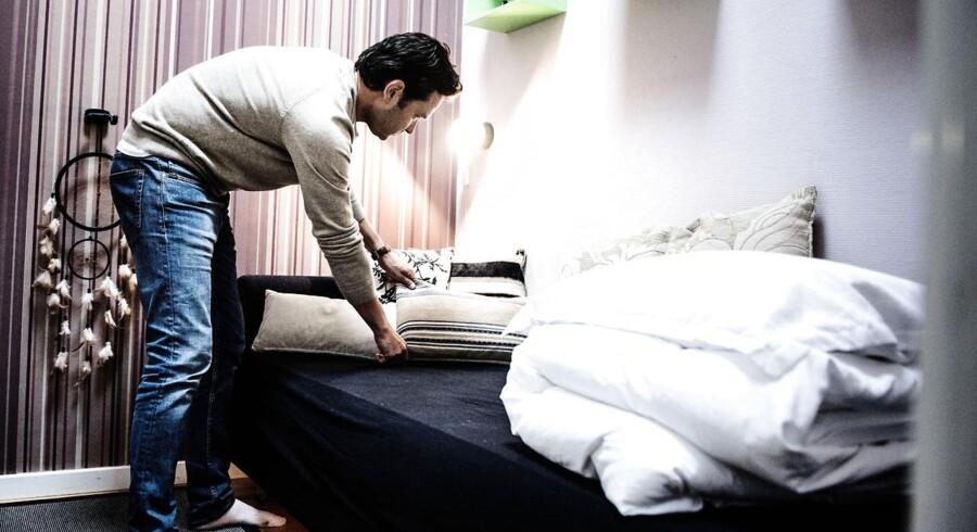 Der er sket en fordobling i antallet af turister/gæster, der overnatter gennem Airbnb, på bare et år. Her er vi hjemme hos Erland Jacobsen, som tjener op mod 25.000 årligt på at udleje sin lejlighed gennem Airbnb. Her er han ved at gøre klar til en australsk kvinde, som ankommer senere.