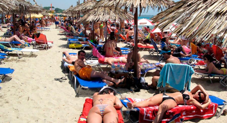 Strandgæster køler på stranden i Thessaloniki i det nordlige Grækenland.