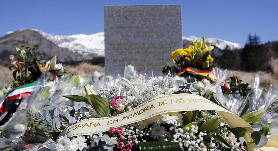 Tre dage efter flystyrtet i de franske Alper blev en sten rejst nær stedet, hvor 150 mennesker omkom, formentlig i en selvmordshandling af den 27-årige Andreas Lubitz. På fire sprog står: »Til minde om ofrene for luftkatastrofen den 24. marts 2015«
