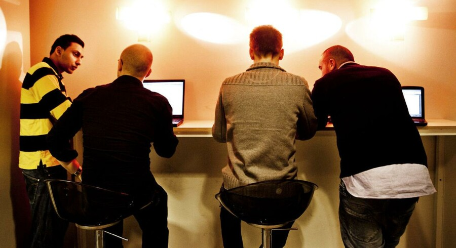 Mange unge benytter computere og internet på daglig basis, men alligevel har de ofte behov for at møde det offentlige ansigt til ansigt for at blive forvisset om, at de nu også bærer sig korrekt ad, når kommunikationen bliver digital. Arkivfoto: Morten Germund