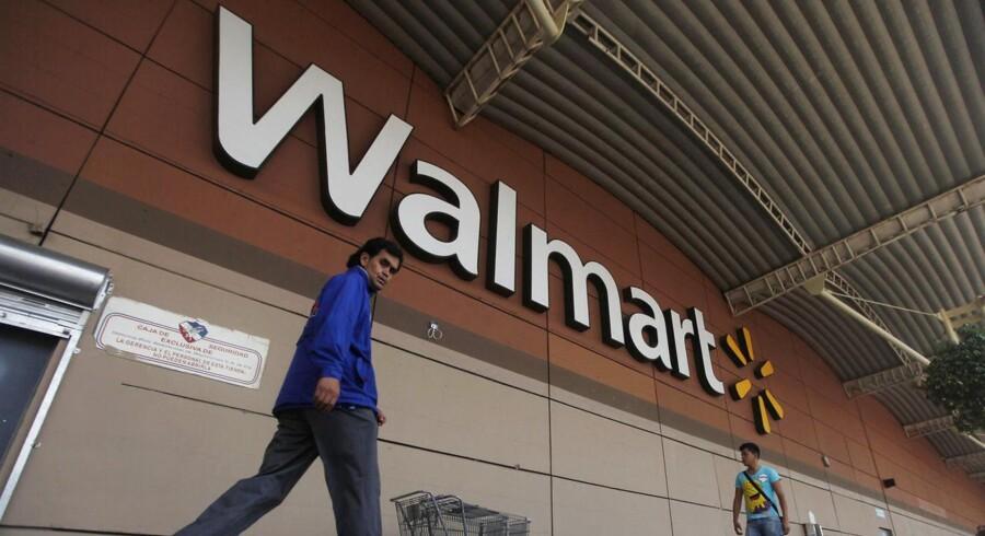 Wal-Mart var indledningsvis langsom til at adoptere e-handel som en del af virksomhedens strategi, men er nu blevet den fjerdestørste USA-baserede onlinebutik med over 10 mia. dollar i årlig omsætning.