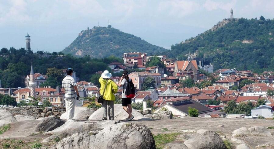 En gruppe turister står ved den populære lokation Gamle Plovdiv, der ligger to timer fra Bulgariens hovedstad Sofia.