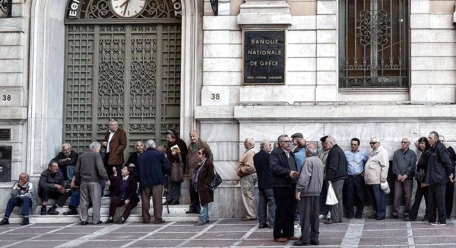 Græske pensionister venter på, at banken åbner.