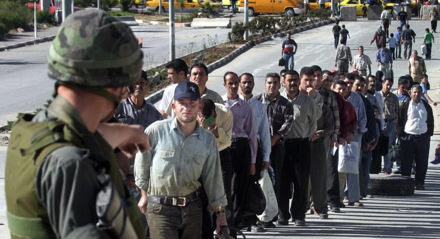 Flere af de virksomheder, som de danske investeringsforeninger har sat penge i, har leveret udstyr til eksempelvis checkpoints mellem Gaza og Israel. Arkivfoto: Hazem Bader/AFP