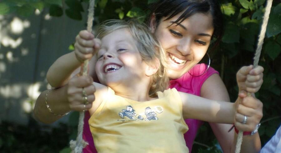 ARKIVFOTO af au pair med barn. Et af Danmarks førende au pair-bureauer kender ikke au pairernes rettigheder.