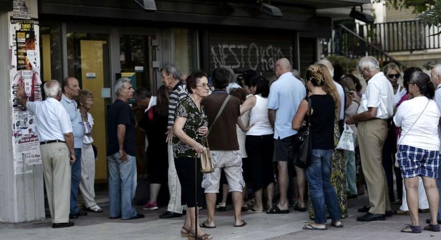 Grækerne stod mandag morgen i lange køer, da de græske banker genåbnede efter tre ugers lukning.