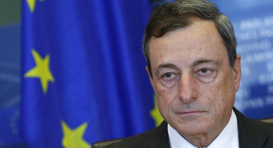 Præsidenten for Den Europæiske Centralbank (ECB), Mario Draghi, har advaret om, at der er fare for en længere periode med faldende priser og privatforbrug, som bliver udskudt.