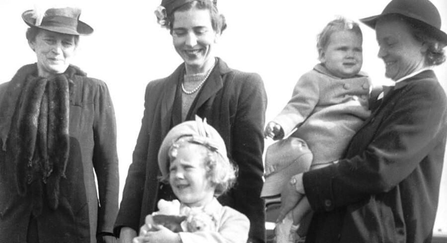 Dronning Margrethes første bamse havde hun meget kær. Her ses hun med den i Kastrup Lufthavn. Men hvad er bamsens navn? Quiz med!