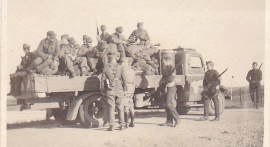 Berlingske har indsamlet læsernes billeder fra besættelsen. Du er velkommen til også at sende dine og læse mere om 9. april 1940 på vores temasite.Billederne viser tyske soldater 1945, der er på vej hjem. De kontolleres og visiteres her ved den dansk/tyske grænse ved Højer.
