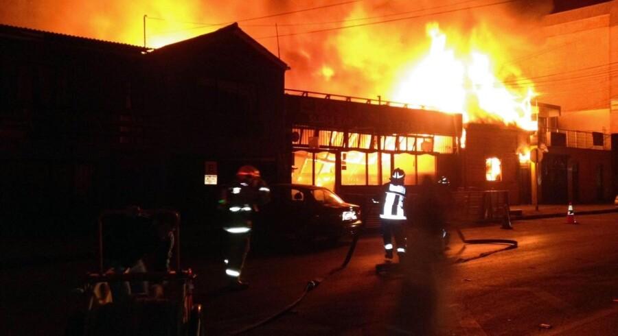 Brandmænd kæmper med ilden i en restaurant efter jordskælvet i Chile.