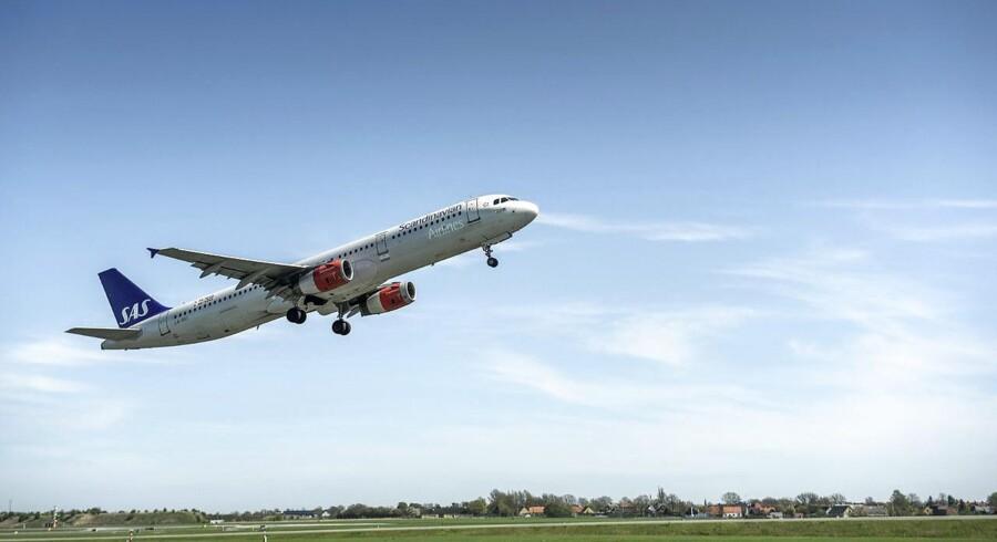 Aktien i SAS falder fra åbningen onsdag 3,5 pct. til 12,47 kr., efter at den norske stat har solgt alle sine 37,8 mio. aktier i luftfartsselskabet til institutionelle investorer.