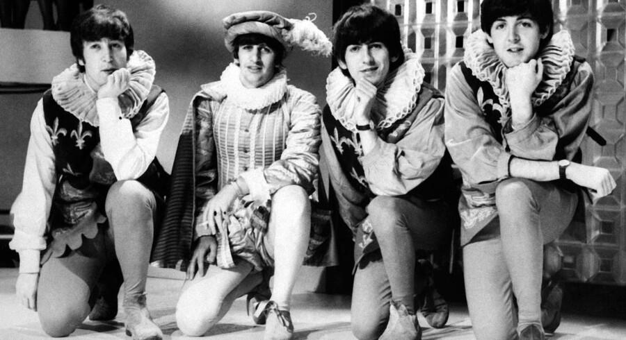 John Lennon, Ringo Starr, George Harrison, og Paul McCartney poserer i kostumer brugt i en opførelse af Shakespeare i 1964. Foto: AFP