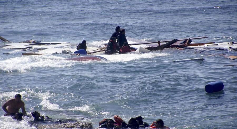 Flygtninge i tusindvis på jagt efter et bedre liv i Europa har måtte risikere liv og lemmer. Her er en række billeder fra deres forfærdelige kamp.Flygtninge fra Libyen holder fast i de sidste rester af deres båd som blev slået i stykker ved kysten uden for Rhodos, Grækenland.Klik videre for at se flere billeder.