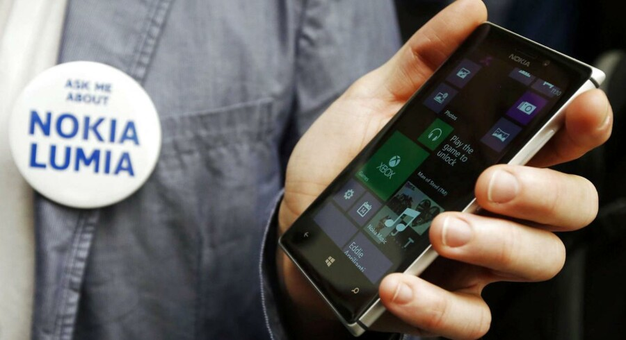 Windows Phone er det styresystem, som finske Nokia satser på med sin Lumia-serie, her den nye Lumia 925. Arkivfoto: Luke MacGregor, Reuters/Scanpix