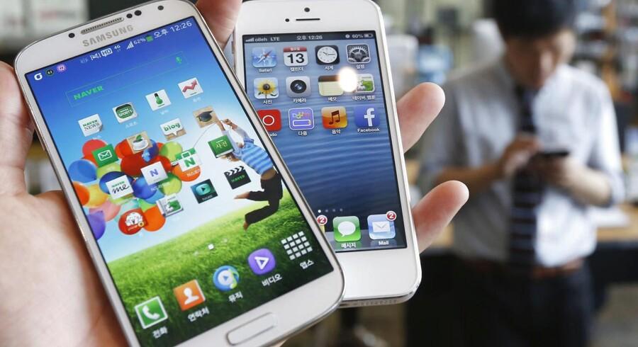 Apples iPhone 5 (til højre) voksede i skærmstørrelse, men Samsungs Galaxy S4 (til venstre) og de endnu større Galaxy Note-telefoner får nu Apple til at overveje iPhone-modeller helt op til 5,7 tommer store. Arkivfoto: Kim Hong-Ji, Reuters/Scanpix