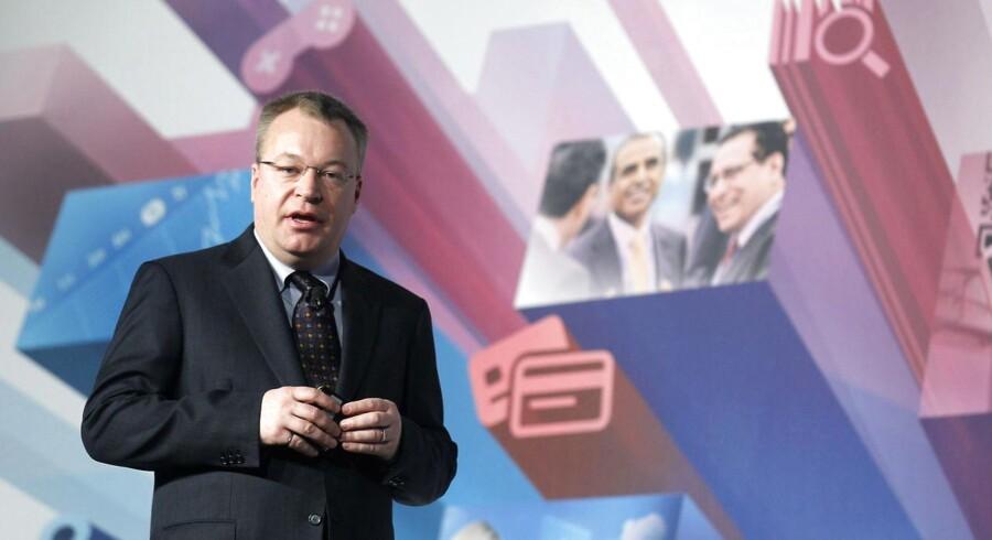 Nokias salg går ikke så godt, og det koster nu topchefen, Stephen Elop, bonus og en næsten halveret løn for 2012. Her præsenterer han i sidste uge Nokias nye telefoner på verdens største mobilmesse, Mobile World Congress, i Barcelona. Arkivfoto: Albert Gea, Reuters/Scanpix