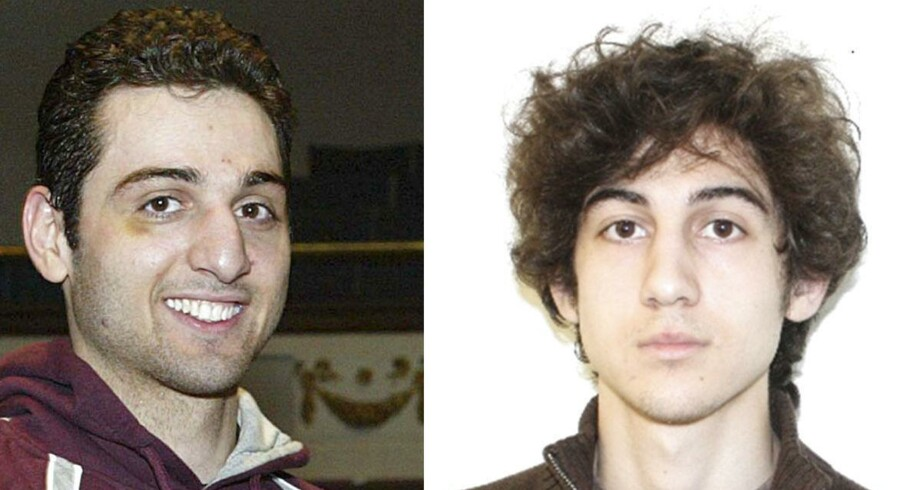 26-årige Tamerlan Tsarnaev (t.v.) døde på hospitalet efter at være blevet såret i en ildkamp med politiet, mens hans 19-årige lillebror Dzhokhar er anholdt i politiets varetægt. Tamerlans enke hjælper nu politiet med yderligere opklaring.