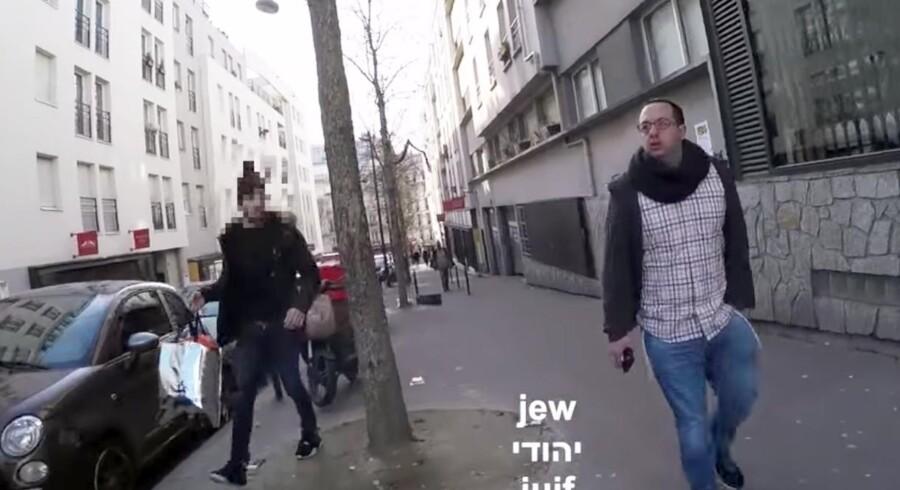 """Klip fra videoen. Her råber en tilfældig mand """"jøde"""" efter Zvika Klein."""