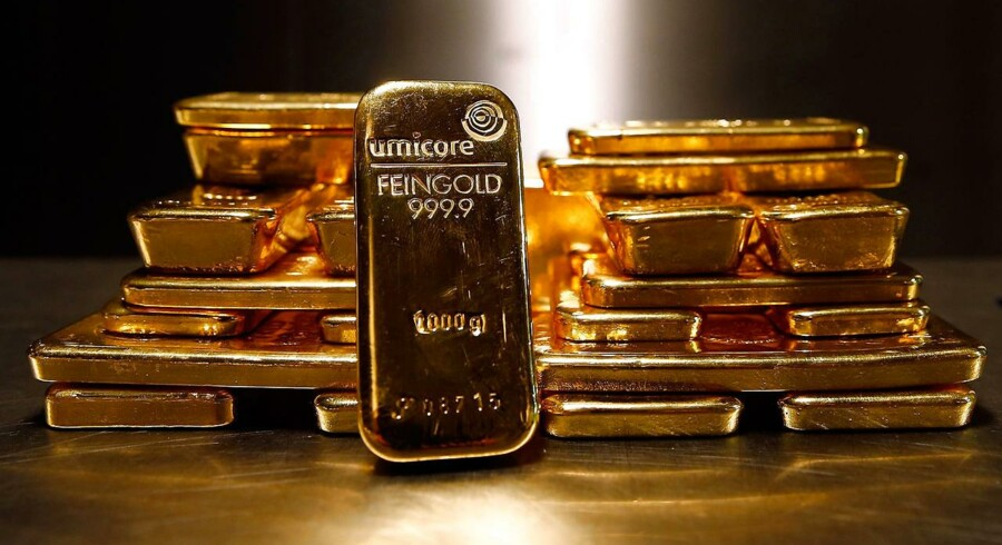 Gold bars are stacked at a safe deposit room of the ProAurum gold house in Munich in this March 6, 2014 file picture. Gold climbed above $1, 300 an ounce on January 21, 2015 for the first time since August as a softer dollar, worries about the global economy and hopes of stimulus measures from the European Central Bank (ECB) fuelled demand. REUTERS/Michael Dalder/Files (GERMANY - Tags: BUSINESS COMMODITIES)