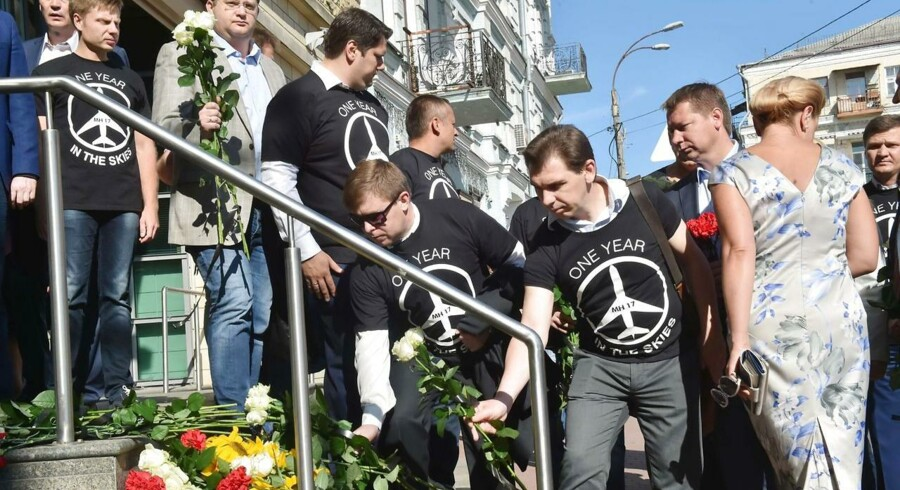 Både hollændere og australske pårørende til ofrene for flyet »MH17«, der styrtede sidste år den 17. juli og dræbte alle 298 passagerer ombord, mindes de omkomne på årsdagen. Der sørges og lægges blomster foran den hollandske ambassade i Ukraine, mens en minde ceremoni finder sted i Australien til ære for ofrene. Ud af de 298 mennesker der mistede livet var størstedelen fra Holland (192 passagerer).