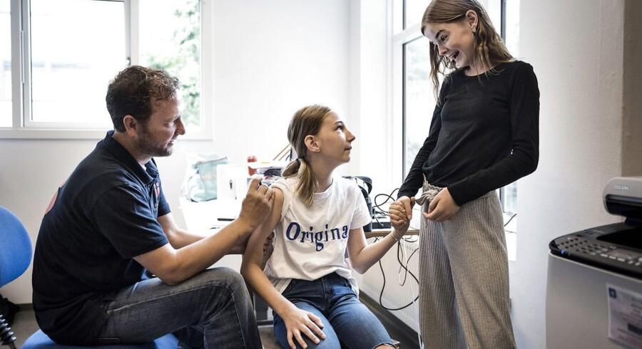 Københavns Kommune tilbyder i en forsøgsordning, at 12-årige piger kan blive vaccineret på skolen i skoletiden, hvis deres forældre takker ja. Her er det veninderne Signe Raecke (tv.) og Mette Marie Petersen (th.) som skiftes til at blive vaccineret og støtte hinanden i processen.