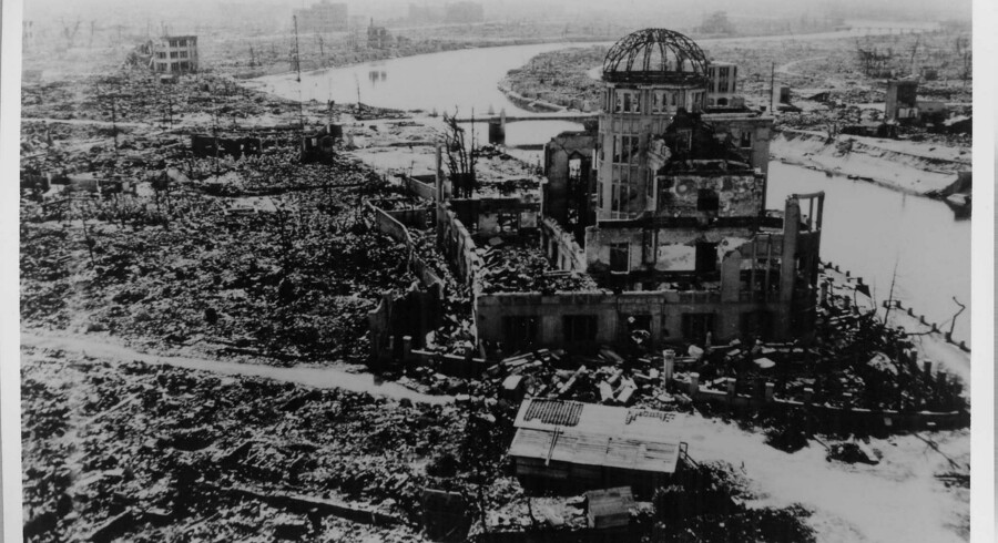 »A-bomb Dome« fotograferet af det amerikanske militær, efter at atombomben havde udryddet ?den japanske by Hiroshima. Bygningen var blot 160 meter nordvest for bombens hypocenter. ?Nederst: I venstre side af billedet ses »A-bomb Dome« i dag.