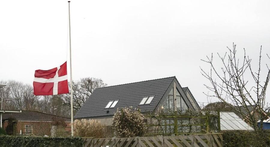 Flagene gik på halv i Assens-kvarteret, hvor en 37-årig familiefar blev dræbt af en krysantemumbombe nytårsaften.