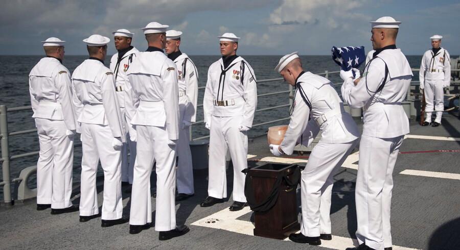 Armstrongs aske blev spredt i en ordentlig ceremoni med amerikanske flag, hornblæs og geværsalutter fra flådefartøjet USS Philippine Sea.