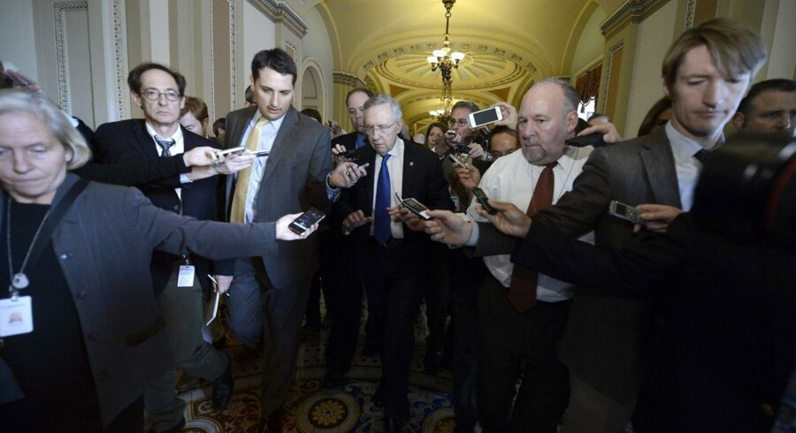 Senatets demokratiske flertalsleder Harry Reid omgivet af pressefolk efter et møde i nat med hans republikanske modpart, Mitch McConnell.