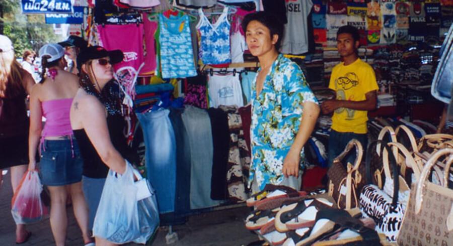 Hvert eneste lille indkøb udleveres i en plasticpose, og de flyder overalt - hvor der ikke lige er en renovationsarbejder til at rydde op efter indbyggere og turister på ferieøen.