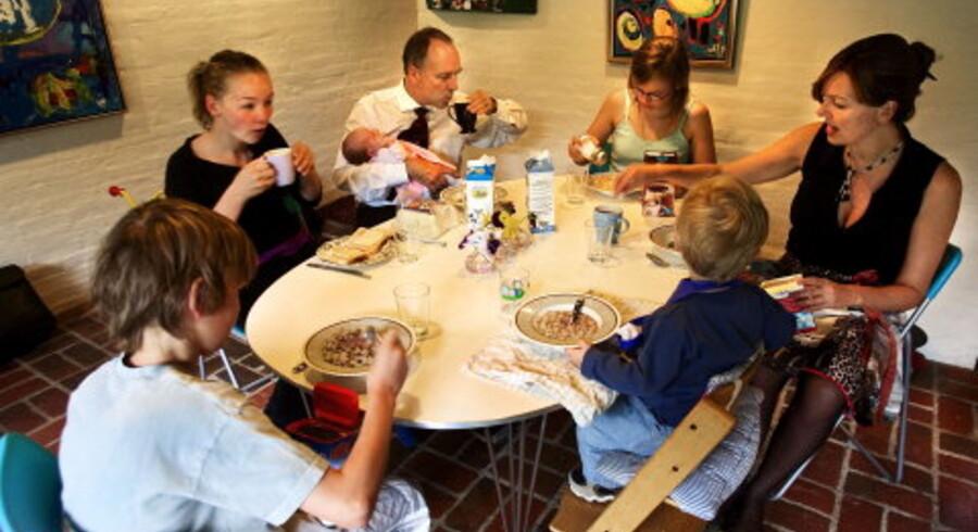 <COHVID>Direktøren spiser morgenmad med fem af sine seks børn og hustruen Ulla, på dagen, hvor hans virksomhed TopoTarget bliver introduceret på børsen. Fra venstre er det Ida, Johannes og Alfred. På armen har faderen den kun fire uger gamle Clara. Foto: Søren Bidstrup