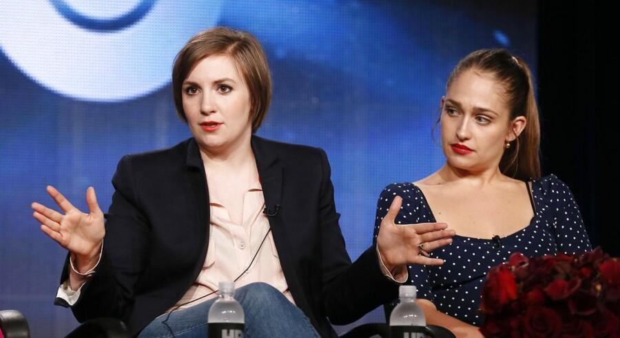 Lena Dunham (tv) viste i går tænder, under præsentationen af seriens tredje sæson i Los Angeles, da hun af en journalist blev kritiseret for at have for lidt tøj på i serien »Girls«. Til højre ses Jemima Kirke.