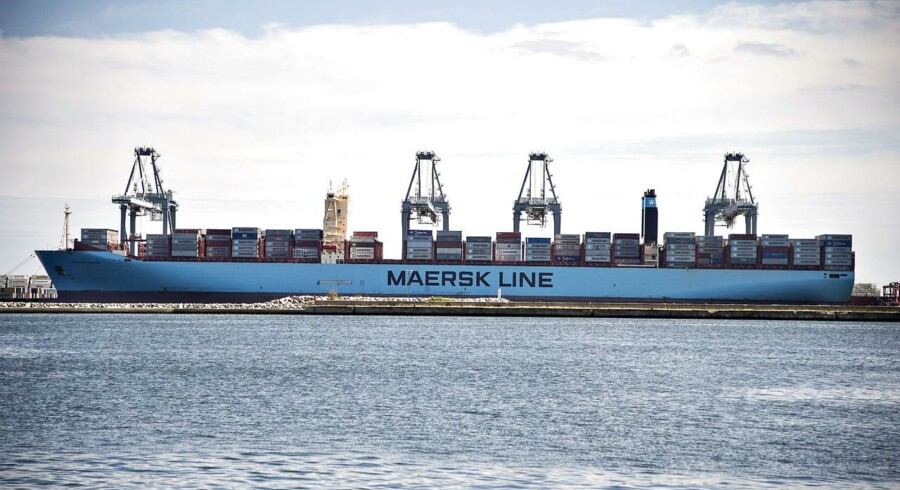 Maersk-Line. Containerskibet Magleby Maersk ligger iAarhus Havn og lastes af kraner.