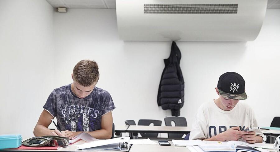 Indeklimaet er for dårligt på mange danske folkeskoler, og kombineret med en længere skoledag giver det sløve elever, der lærer mindre end det eksempelvis er tilfældet i Norge og Sverige, hvor der er bedre luft i klasseværelserne.