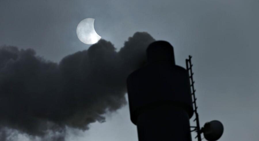 Solformørkelse i Stubbekøbing i Danmark fredag d. 20 marts 2015. I forgrunden ses skorsten fra REFA Energi. (Foto: Jens Astrup/Scanpix 2015)