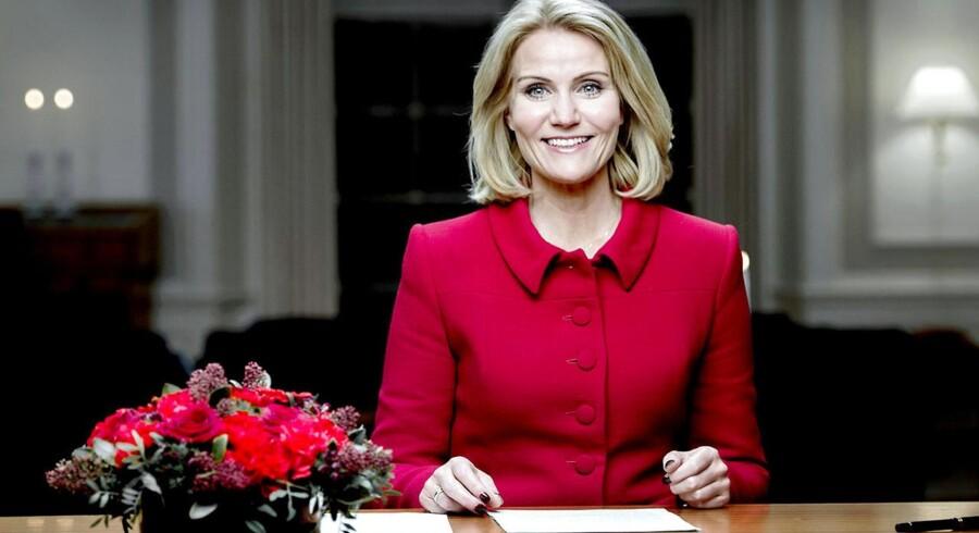 Statsminister Helle Thorning-Schmidt holdt torsdag aften sin sidste nytårstale inden valget senere på året. Et af budskaberne i talen var, at regeringen vil ændre vilkårene for landets flygtninge og indvandrere på kontanthjælp: »De skal arbejde mere for ydelsen, og det skal helst være på en arbejdsplads. For målet er at få et rigtigt job. I første omgang skal de nye vilkår gælde i to år,« lød det fra statsministeren.