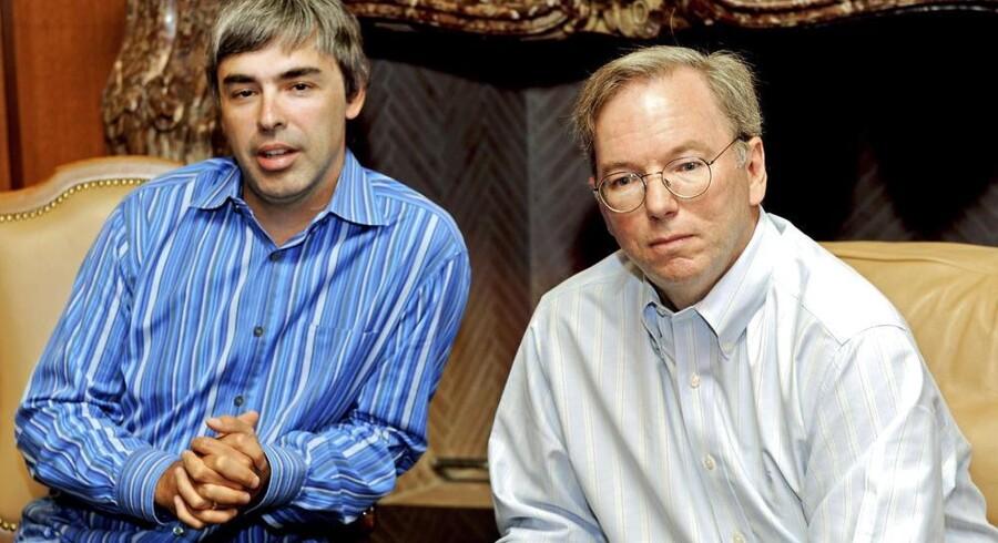 Hvor Google-medstifter Larry Page (til venstre) på papiret har en årsløn på en enkelt dollar, får bestyrelsesformand Eric Schmidt (til højre) nu en solid lønforhøjelse. Arkivfoto fra 2009: Peter Foley, EPA/Scanpix