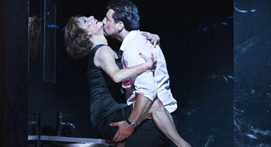 Anne Margrethe Dahl (Lady Macbeth) og Daniel Solari (Macbeth) i Verdis »Macbeth« på Operaen. Foto: Miklos Szabo