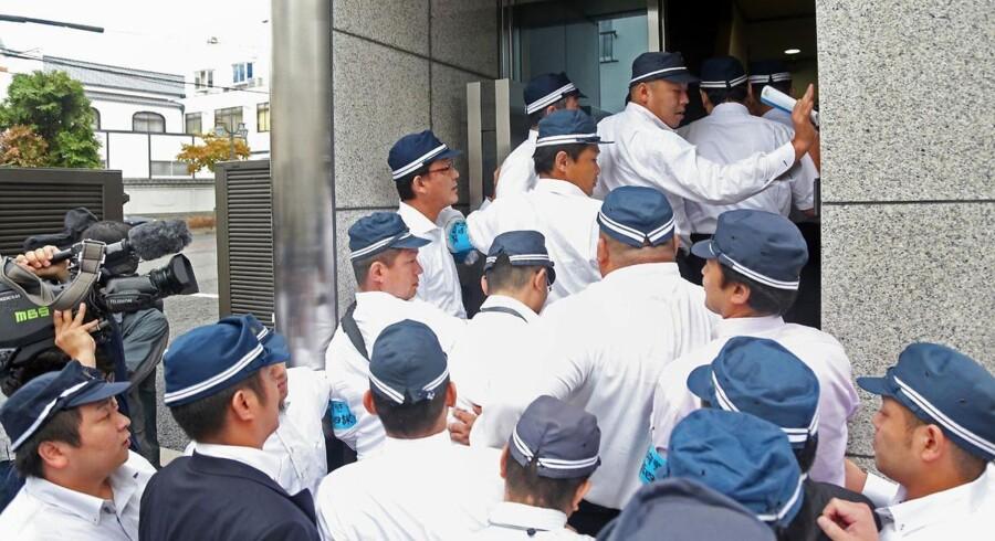 Japansk politi i en razzia mod forbryderorganisationens Yamaken-gumis hovedkvarter i Kobe. Yamaken-gumis anslået 2.000 medlemmer er nu blevet smidt ud af Yamaguchi-gumi - det 100 år gamle japanske forbrydersyndikat.