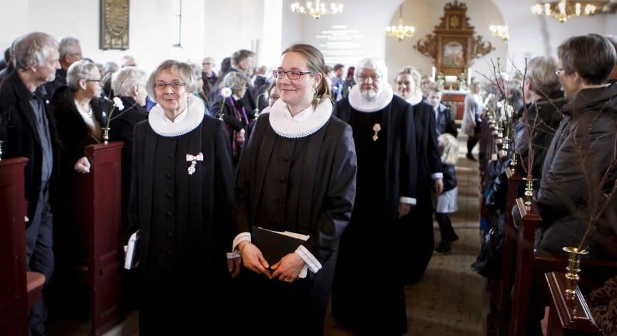 AKIVFOTO. DFs kirkeordfører mener, at der er gået østrogen i Folkekirken. Her er det Susanne Therese Hjørlund (th) i Kristrup Kirke i Randers sammen med sin mor provst Hanne Hjørlund (tv).