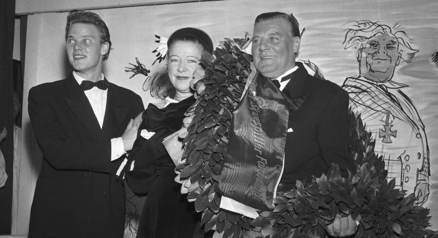 Facaden udadtil: Sønnen Frits og fru Sylvia (Søster) lykønsker faderen og ægtemanden, Osvald Helmuth, i forbindelse med hans 40-års skuespillerjubilæum i 1953.