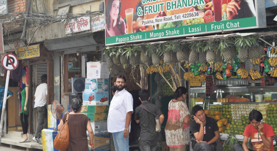 Kathmandu virker ved første øjekast som et sted, hvor den moderne udvikling ikke er nået helt frem endnu. Men kigger man nøjere efter, snakkes der lige så meget i mobiltelefon her som i de vestlige storbyer, man kan få espressoer på byens caféer, og hotellerne har internetadgang.