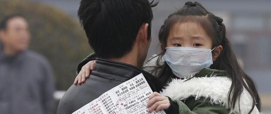 ARKIVFOTO af barn i Beijing med beskuttelsesmaske. Hårdest ramt af luftforurening er den sydøstlige del af Asien samt lande som Kina og Japan.