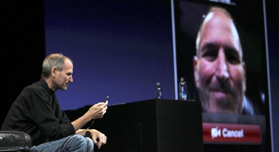 Da iPhone4 blev lanceret, demonstrerede Apple-chef Steve Jobs videotelefoni via FaceTime i en samtale med chefdesigner Jonathan Ive.