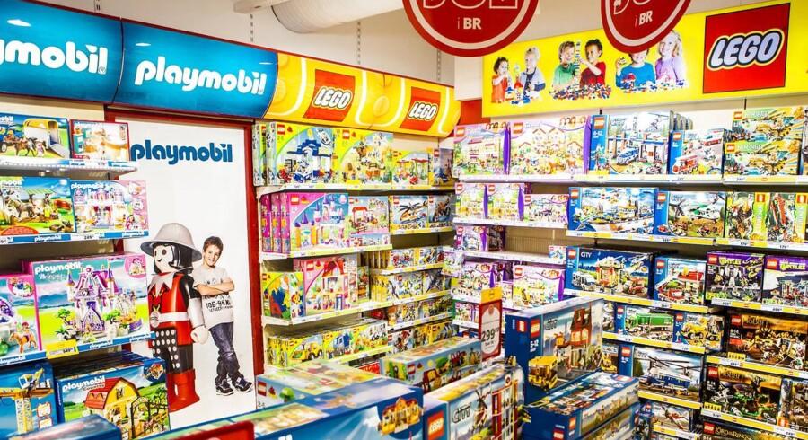 Lego legetøj og konkurrenten Playmobil i legetøjsbutik.
