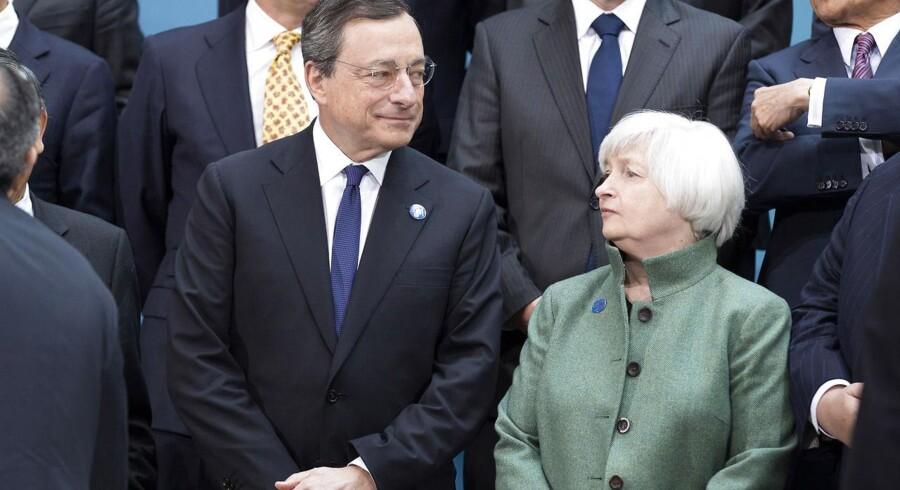 Chefen for den europæiske centralbank Mario Draghi med sin kollega fra den amerikanske centralbank Janet Yellen i Washington lige inden hans tale..
